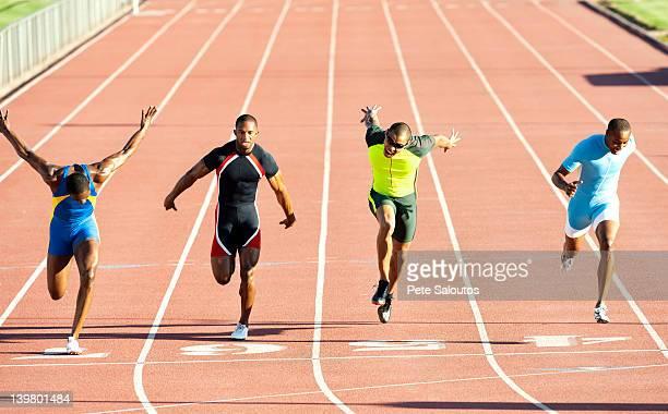 初心者から熟練者までどなたでもランニングをラインで仕上げにレーストラック - 陸上競技 ストックフォトと画像