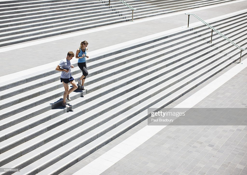 Corredores correndo pela escada : Foto de stock