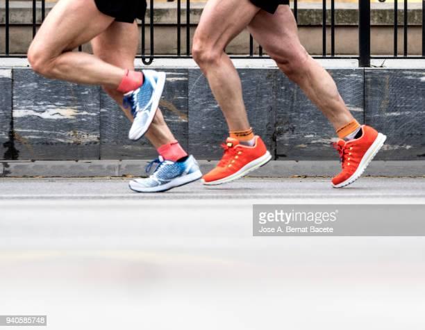 runners running fast in a career marathon for the city. - corredor caraterística de construção imagens e fotografias de stock