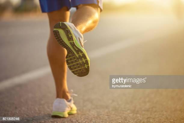 läufers schuhe - laufwettbewerb der männer stock-fotos und bilder