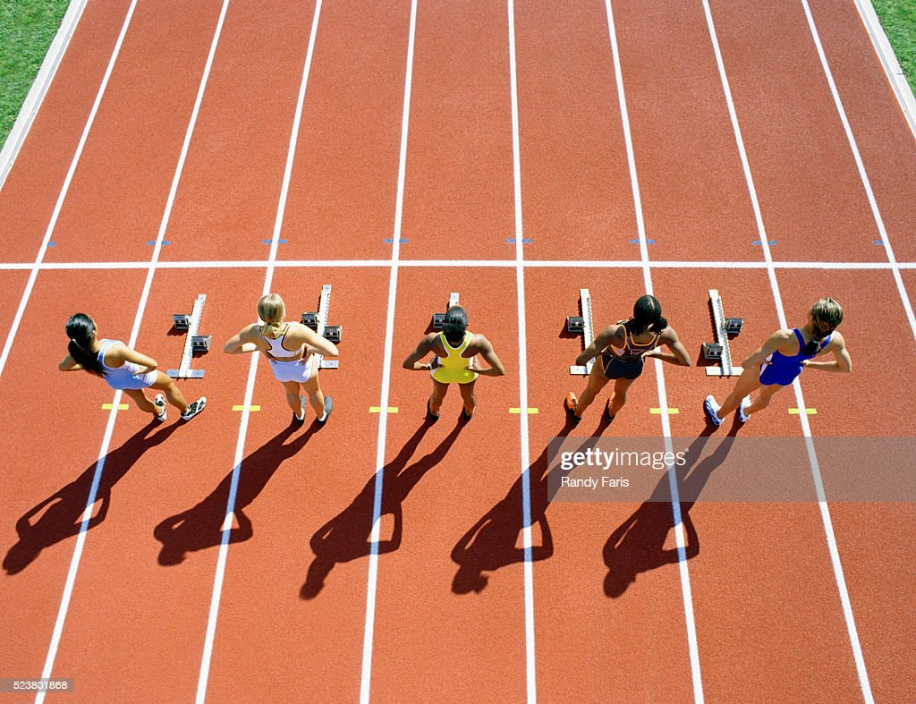 runners standing at starting line ストックフォト getty images