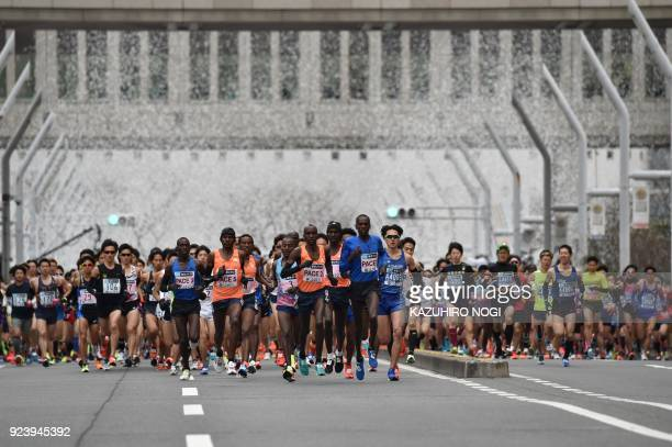 TOPSHOT Runners start the Tokyo Marathon in front of the Tokyo Government Office building in Tokyo on February 25 2018 / AFP PHOTO / Kazuhiro NOGI