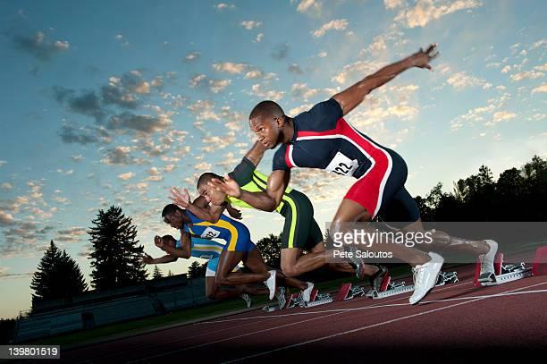 Läufer auf der Rennstrecke von Startblöcken