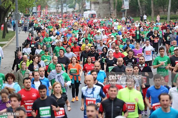 Runners take part in the Vodafone Istanbul Half Marathon on April 27 2014 in Istanbul Turkey The 211kilometer race organized by Istanbul Metropolitan...
