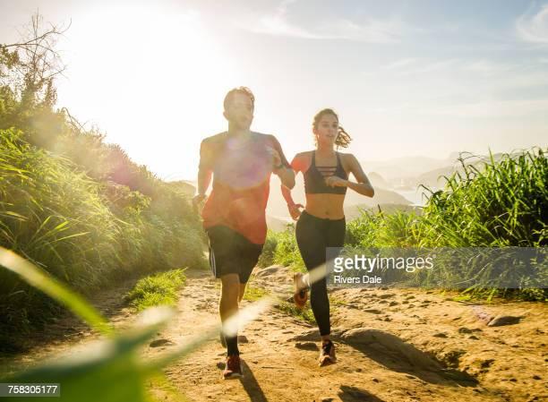 runners training, rio de janeiro, brazil - hot couple photos et images de collection