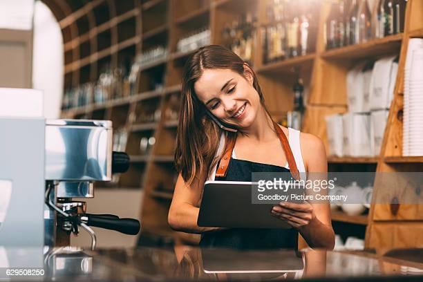 running a small business with smart technology - utilizar o tablet - fotografias e filmes do acervo