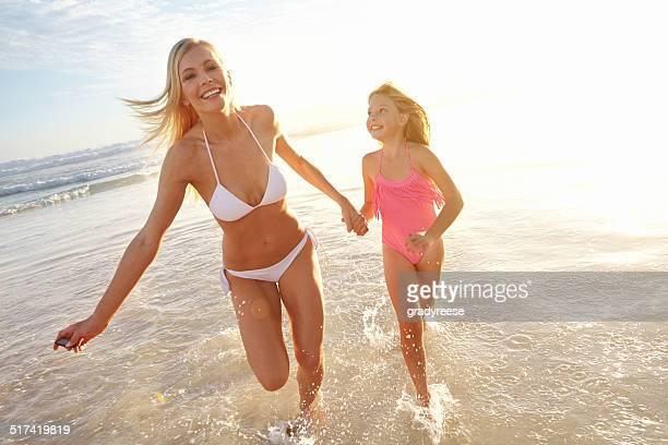 Courir le long de la plage avec maman