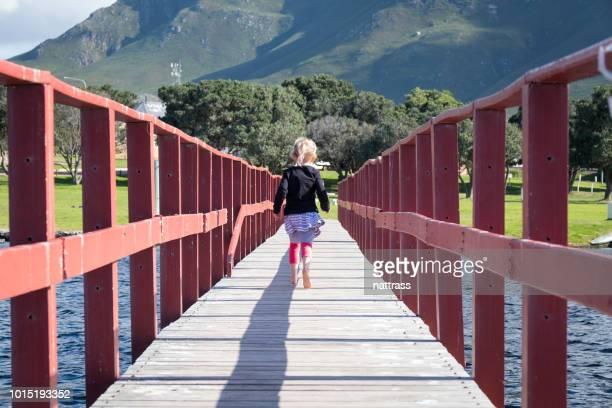 木製の橋に沿って実行しています。 - オーバーバーグ郡 ストックフォトと画像