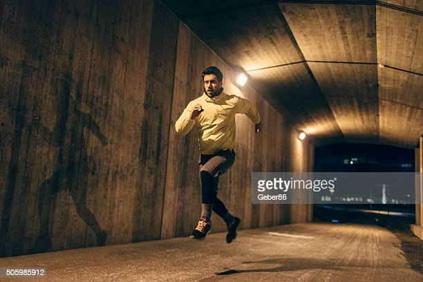 running at night - men's track stock pictures, royalty-free photos & images