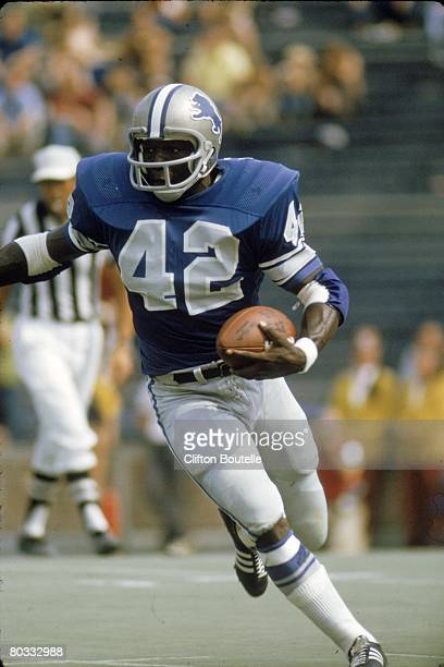 Running back Altie Taylor of the Detroit Lions runs upfield against the Cleveland Browns during a preseason game at Michigan Stadium on August 17...