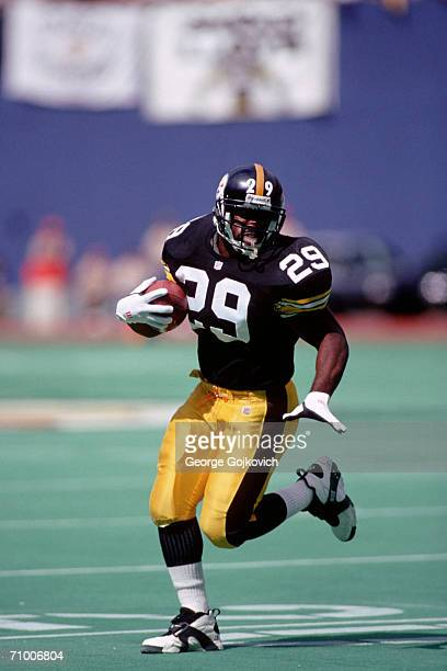 Running back Barry Foster of the Pittsburgh Steelers runs the football against the Cincinnati Bengals at Three Rivers Stadium on September 19, 1993...
