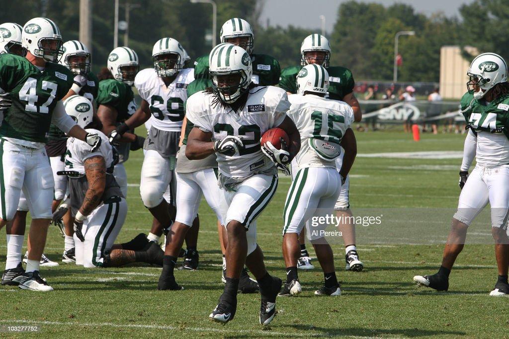 dc4c22e47 Running Back Chauncy Washington of the New York Jets runs the ball ...