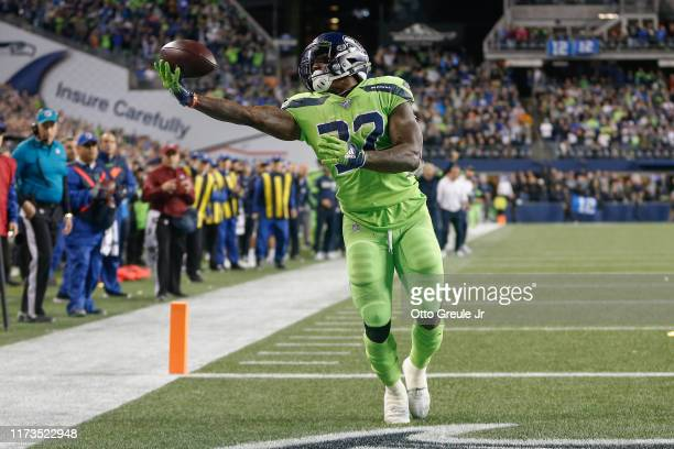 Running back Chris Carson of the Seattle Seahawks makes a touchdown catch in the fourth quarter against the Los Angeles Rams at CenturyLink Field on...