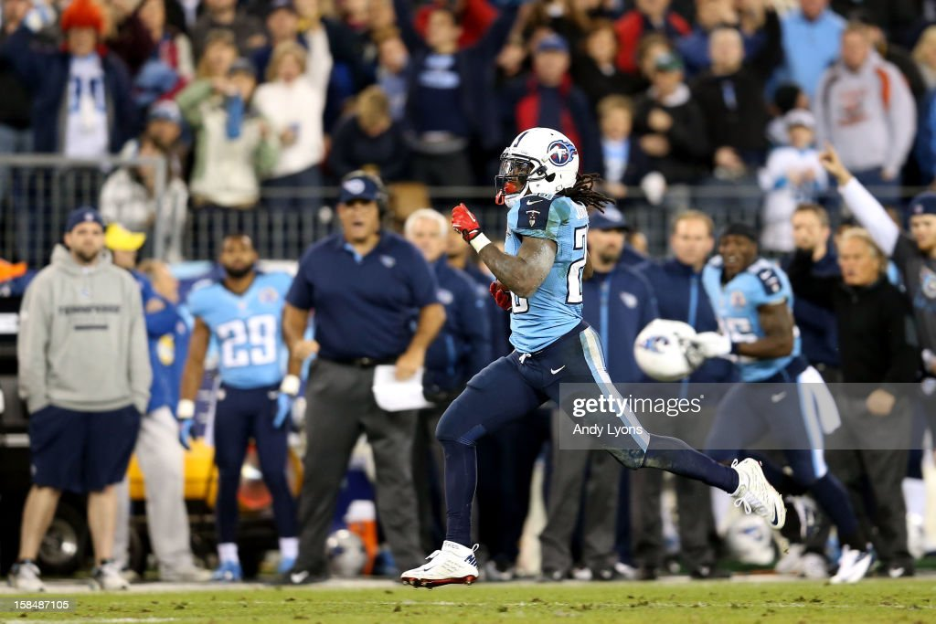 Running back Chris Johnson #28 of the Tennessee Titans runs with the ball to score a 94 yard touchdown in the second quarter against the New York Jets at LP Field on December 17, 2012 in Nashville, Tennessee.