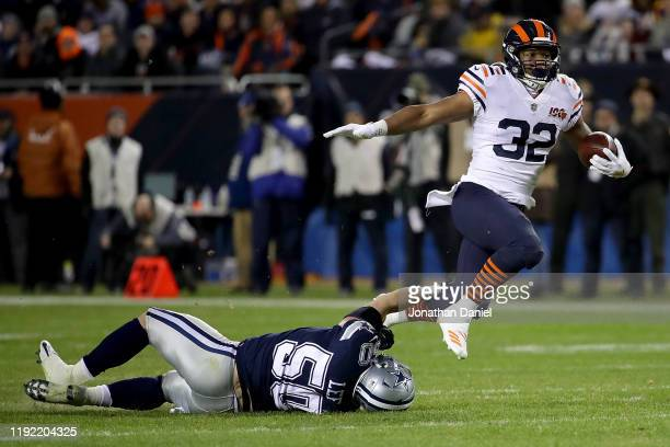 Running back David Montgomery of the Chicago Bears carries against the defense of outside linebacker Sean Lee of the Dallas Cowboys during the game...