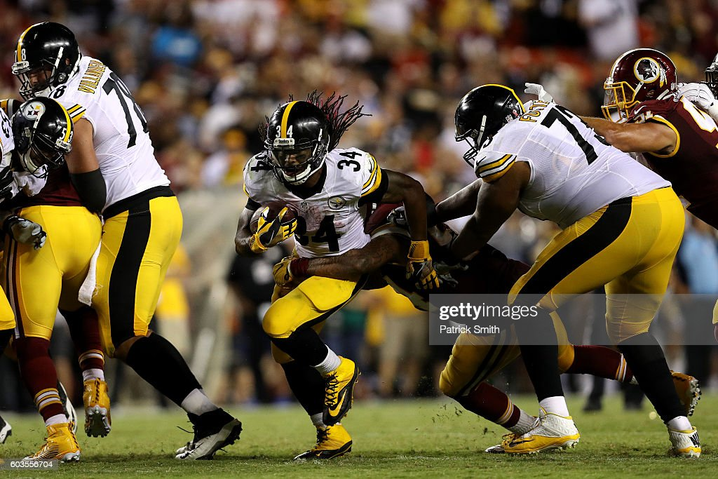 Running back DeAngelo Williams #34 of the Pittsburgh Steelers carries the ball against the Washington Redskins in the fourth quarter at FedExField on September 12, 2016 in Landover, Maryland.