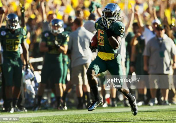 Running back De'Anthony Thomas of the Oregon Ducks runs for a 91-yard touchdown in the first half against the Wisconsin Badgers setting a Rose Bowl...