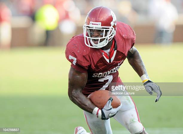 Running back DeMarco Murray of the Oklahoma Sooners carries the ball on his way to a touchdown against the Air Force Falcons at Gaylord Family...