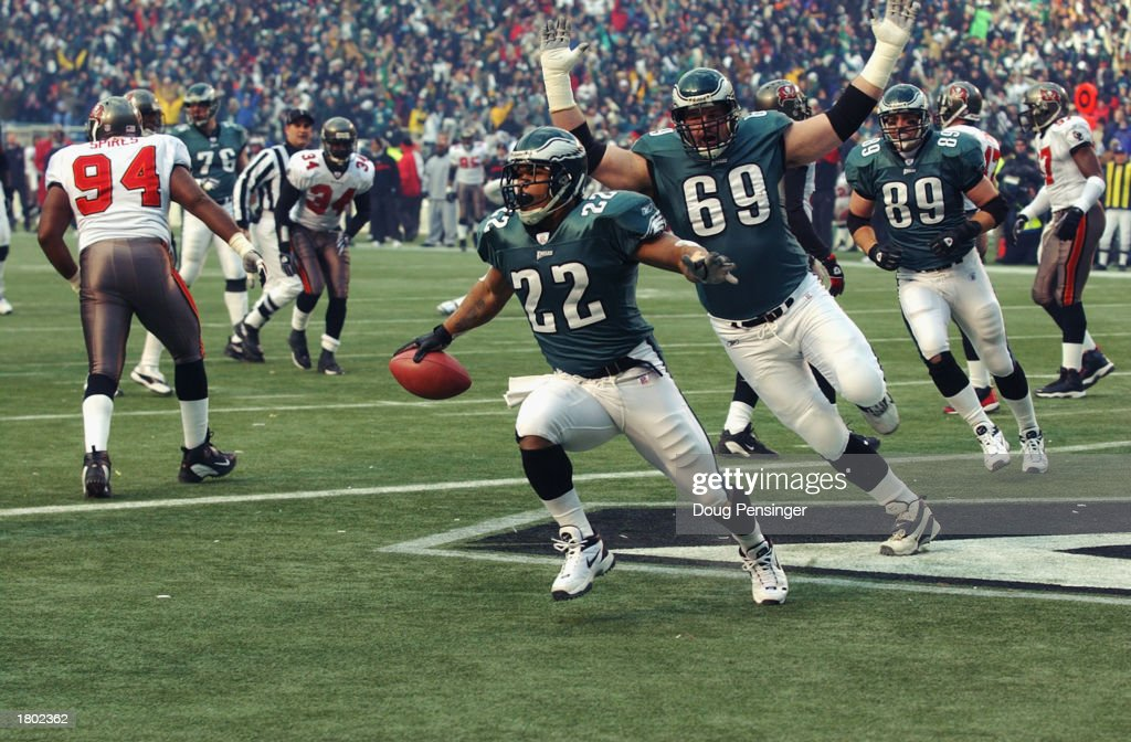 Duce Staley cores the first touchdown of game : News Photo