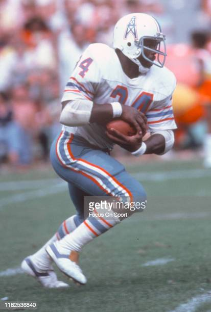 Running back Earl Campbell of the Houston Oilers carries the ball during an NFL game circa 1980 Campbell played for the Oilers from 197884