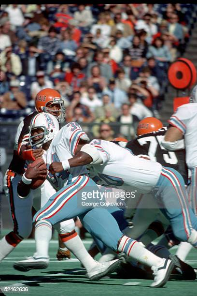 Running back Earl Campbell of the Houston Oilers runs against the Cincinnati Bengals during a game at Riverfront Stadium on October 29 1978 in...