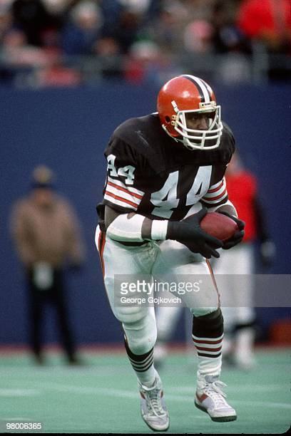 Running back Earnest Byner of the Cleveland Browns runs with the football against the New York Jets at Giants Stadium on December 22 1985 in East...