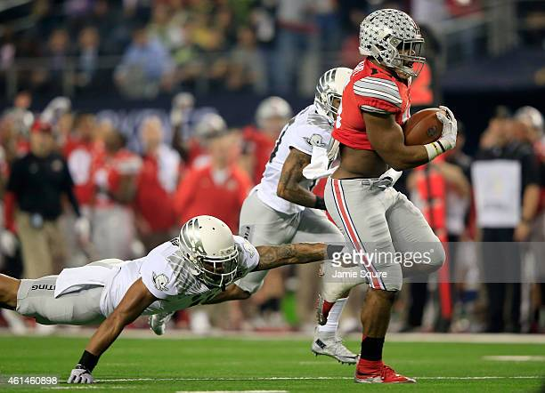 Running back Ezekiel Elliott of the Ohio State Buckeyes runs the ball 33 yards to score touchdown in the first quarter against the Oregon Ducks...
