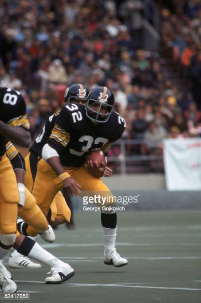 Running back Franco Harris of the Pittsburgh Steelers runs with the ball during an NFL game against the Cincinnati Bengals on October 17 1976 at...