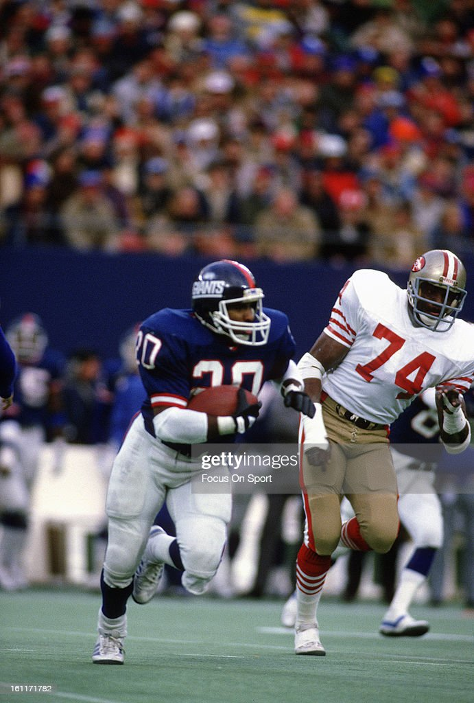 Running back Joe Morris of the New York Giants carries the ball against the San Francisco 49ers during the NFC Wildcard Playoff football game...