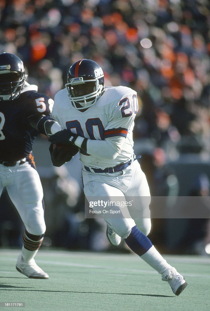 Running back Joe Morris of the New York Giants carries the ball against the Chicago Bears during the NFC Divisional Playoffs January 5 1985 at...
