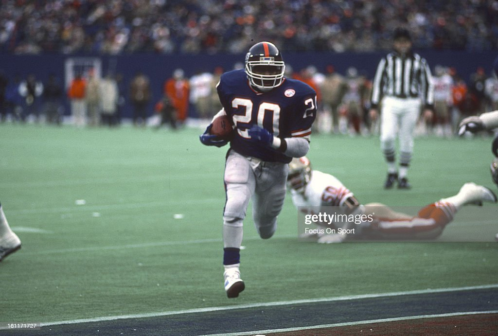 Running back Joe Morris of the New York Giants scores a touchdown against the San Francisco 49ers during the NFC Divisional Playoff Game January 4...