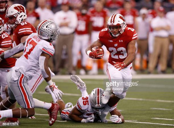 Running back Jonathan Taylor of the Wisconsin Badgers runs the ball against linebacker Chris Worley of the Ohio State Buckeyes during the Big Ten...