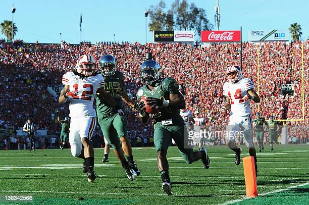 Running back Kenjon Barner of the Oregon Ducks scores on a 54-yard reception in the second quarter against the Wisconsin Badgers at the 98th Rose...