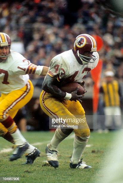 Running back Larry Brown of the Washington Redskins carries the ball against the New York Jets during an NFL game November 51972 at Shea Stadium in...