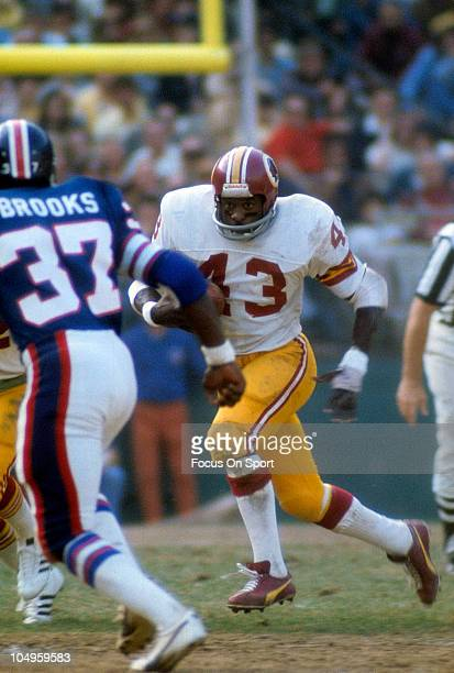 Running back Larry Brown of the Washington Redskins carries the ball against the New York Giants during an NFL game November 91975 at Shea Stadium in...