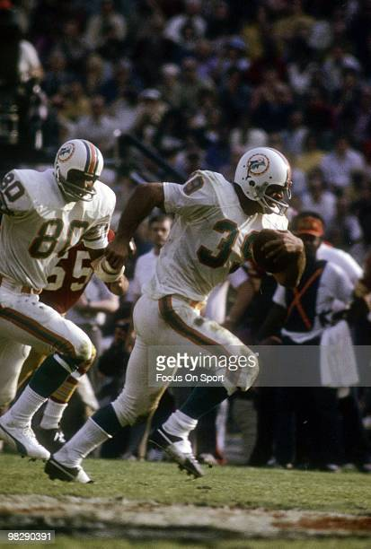 Running back Larry Csonka of the Miami Dolphins carries the ball against the Washington Redskins January 14 1973 during Super Bowl VII at the Los...