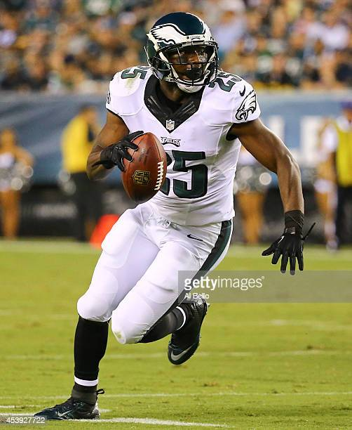 Running back LeSean McCoy of the Philadelphia Eagles catches a screen pass and scores a touchdown in the first quarter against the Pittsburgh...