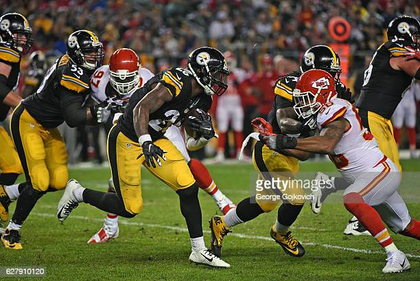 Running back Le'Veon Bell of the Pittsburgh Steelers runs with the football as center Maurkice Pouncey and running back DeAngelo Williams block...