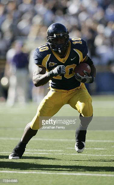 Running back Marshawn Lynch of the California Golden Bears carries the ball against the Washington Huskies on October 21 2006 at Memorial Stadium in...