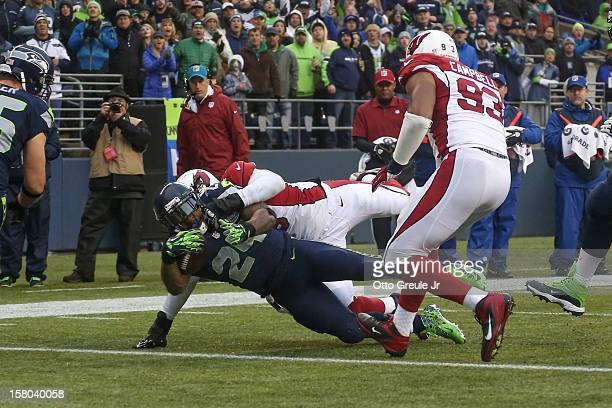 Running back Marshawn Lynch of the Seattle Seahawks rushes for a touchdown in the second quarter against defensive tackle David Carter of the Arizona...