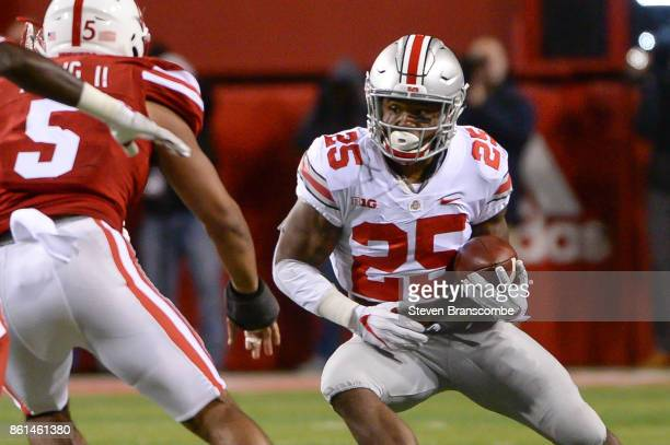 Running back Mike Weber of the Ohio State Buckeyes runs against the Nebraska Cornhuskers at Memorial Stadium on October 14 2017 in Lincoln Nebraska