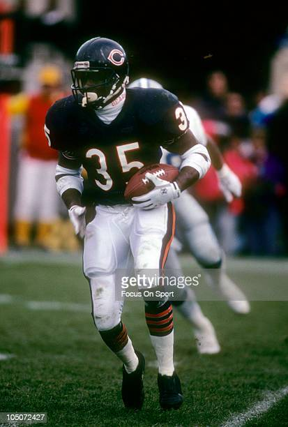 Running Back Neal Anderson of the Chicago Bears carries the ball against the Detroit Lions during an NFL football game December 2 1990 at Soldiers...