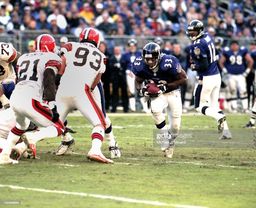Running Back Priest Holmes #33 of the Baltimore Ravens makes some yardage after receiving a hand-off from Quarterback and teammate Tony Banks during a NFL game against the Cleveland Browns at PSINet Stadium on November 26, 2000 in Baltimore, Maryland. The Ravens won 44 to 7.