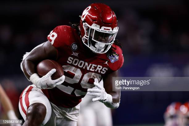 Running back Rhamondre Stevenson of the Oklahoma Sooners runs for a touchdown against the Florida Gators during the third quarter at AT&T Stadium on...