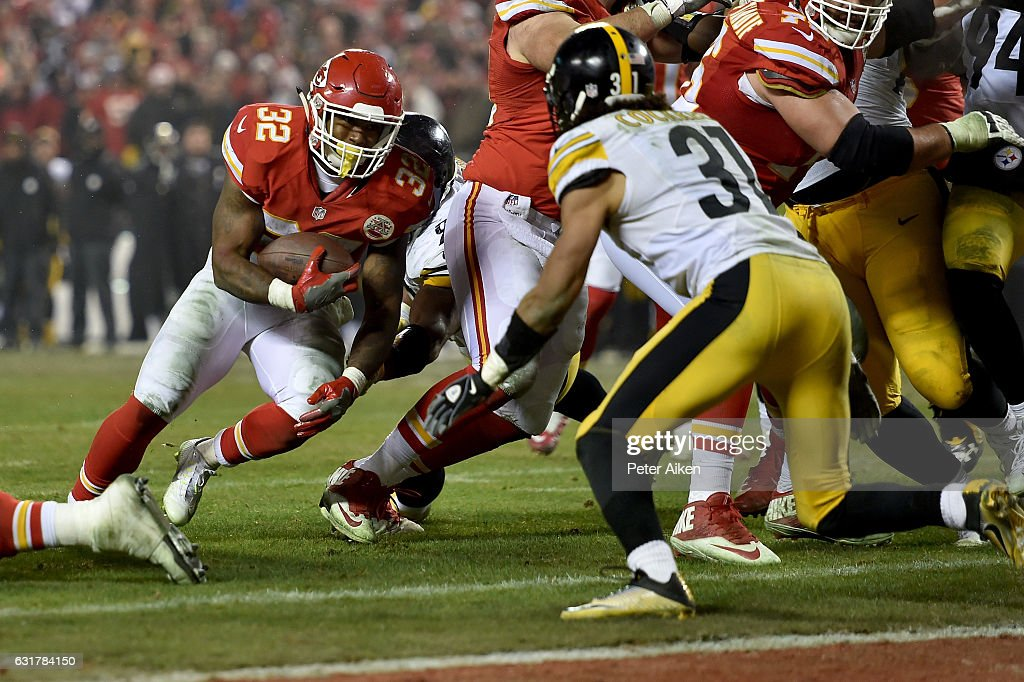 Running back Spencer Ware #32 of the Kansas City Chiefs rushes the ball on a run that would lead turnover an eventual touchdown against the Pittsburgh Steelers in the AFC Divisional Playoff game at Arrowhead Stadium on January 15, 2017 in Kansas City, Missouri.