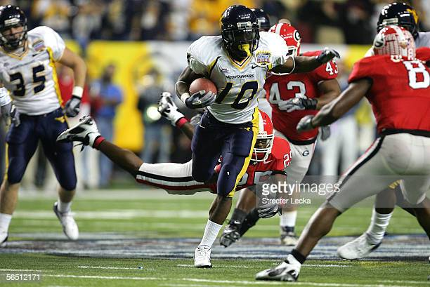 Running back Steve Slaton of the West Virginia Mountaineers runs against the Georgia Bulldogs defense during the 1st quarter of the Nokia Sugar Bowl...