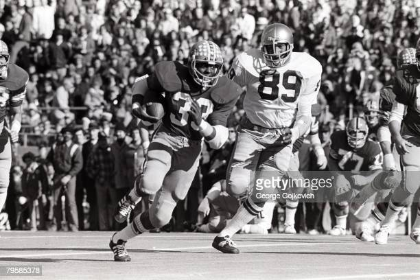 Running back Tony Dorsett of the University of Pittsburgh Panthers runs from defensive lineman Ross Browner of the University of Notre Dame Fighting...