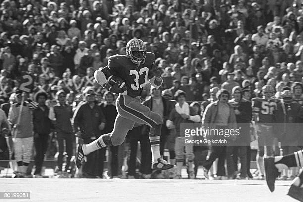 Running back Tony Dorsett of the University of Pittsburgh Panthers runs for a touchdown against the University of Notre Dame Fighting Irish at Pitt...