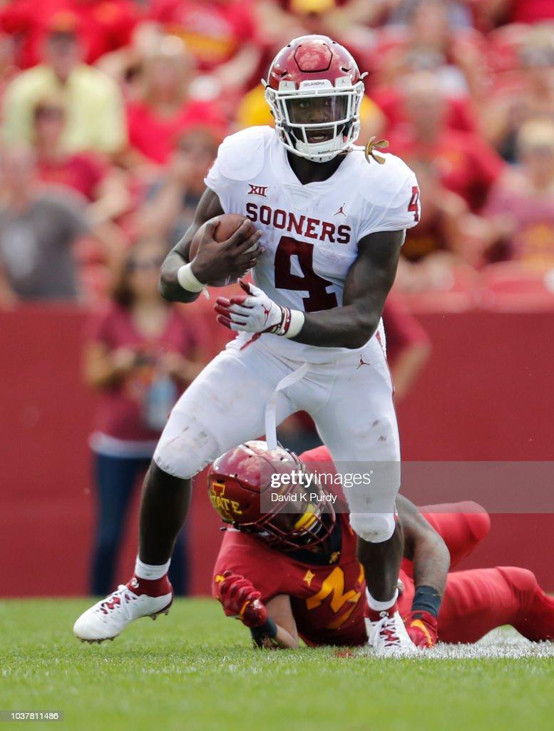 Running back Trey Sermon of the Oklahoma Sooners runs the ...