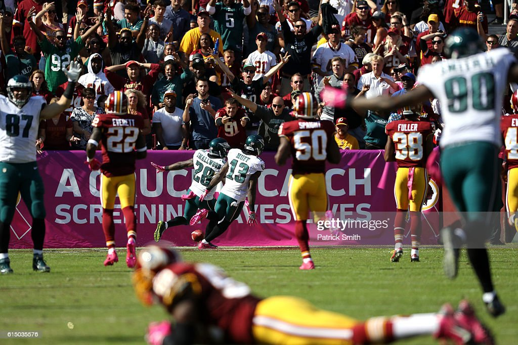 Running back Wendell Smallwood #28 of the Philadelphia Eagles scores a second quarter touchdown on a punt return against the Washington Redskins at FedExField on October 16, 2016 in Landover, Maryland.